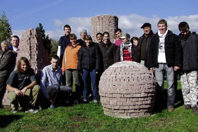Turm von Pisa steht in Steinen