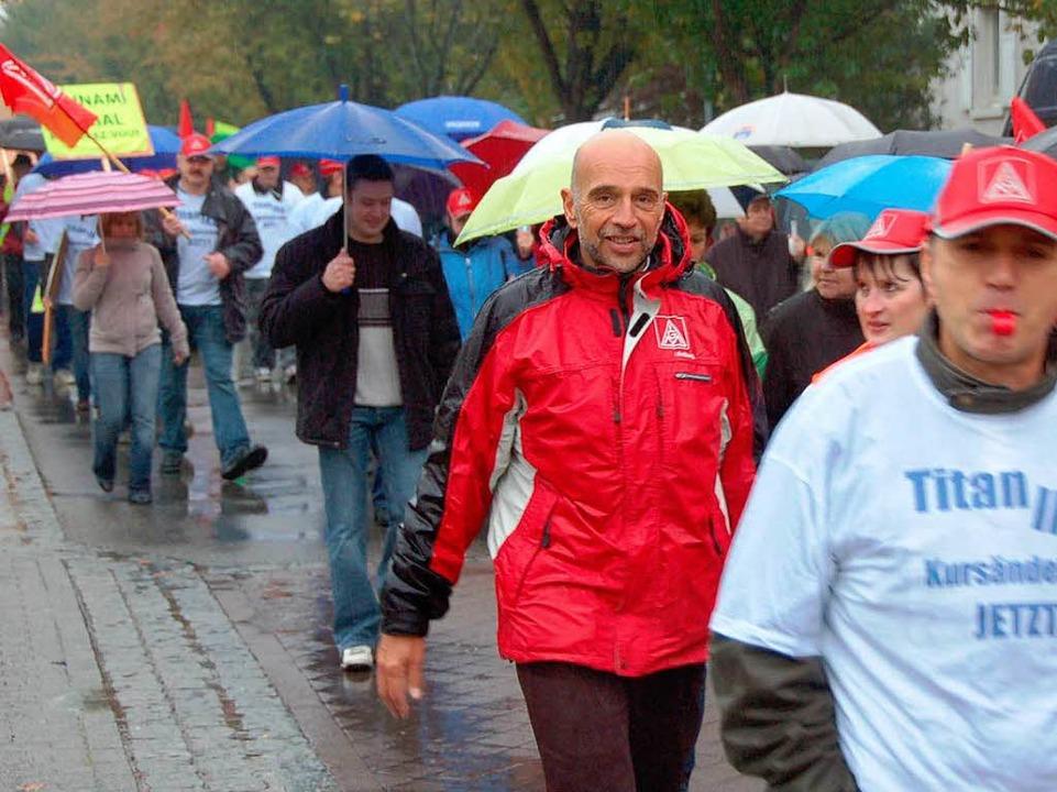 IKA-Mitarbeiter bei ihrem Demonstrationszug durch die Staufener Innenstadt    Foto: MArkus Donner