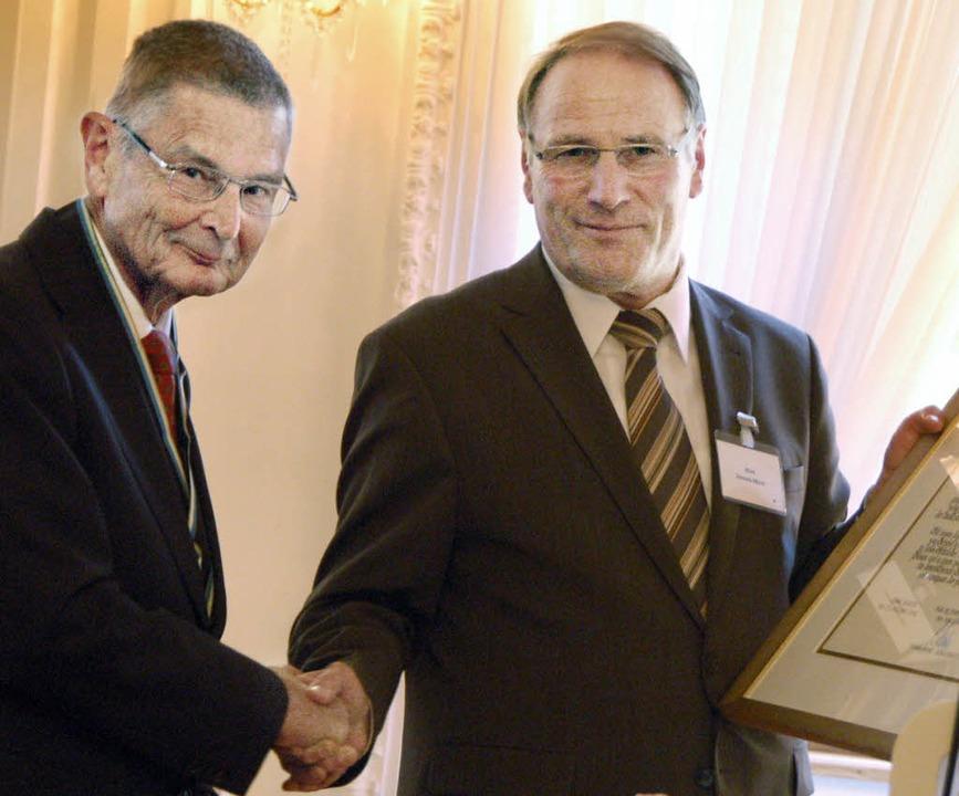 Bürgermeister Johann Meier (rechts) gr...stabt-Gerbert-Medaille (siehe unten).   | Foto: Kathrin Blum