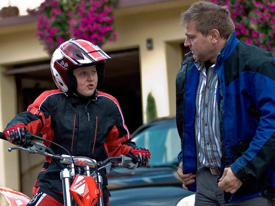 Ganz der Papa: Motorrad-Sportler Jörg ... Fingerspitzengefühl fürs Zweirad bei.  | Foto: Hagen Schönherr