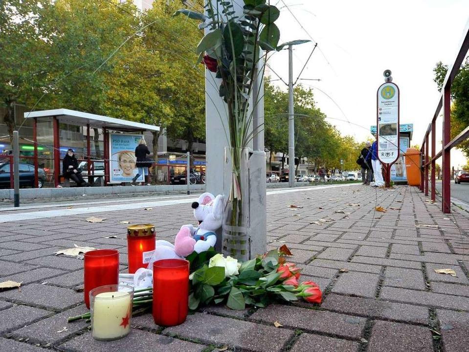 Kerzen und Blumen erinnern an der Halt...tödlichen Straßenbahnunfall am Montag.    Foto: Thomas Kunz