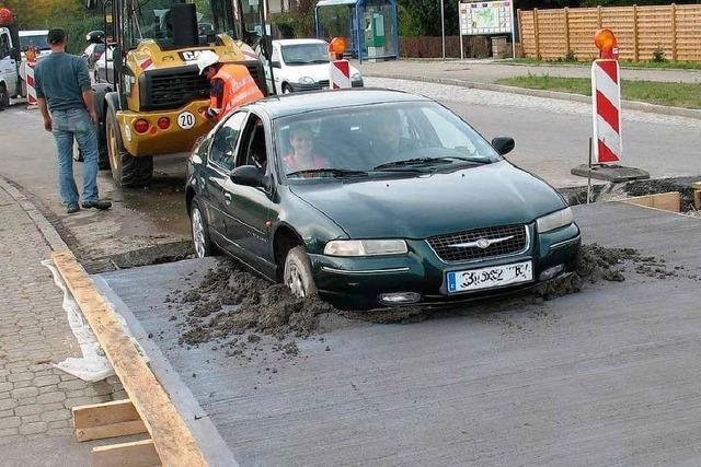 Festgefahrene Situation: Auto bleibt in frischem Beton stecken