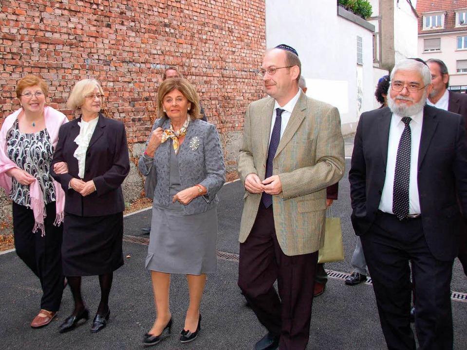 Charlotte Knobloch (mitte) beim Besuch in der jüdischen Gemeinde in Lörrach   | Foto: Nikolaus Trenz