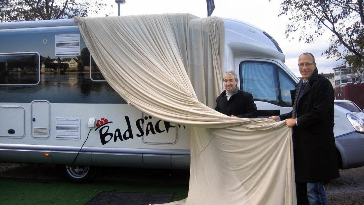 Tourismusdirektor Bernhard Mosandl und...estplatz das Bad Säckinger Wohnmobil.   | Foto: junia folk