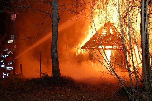 Flammen vernichten alten Bauernhof - Nachbarn gerettet