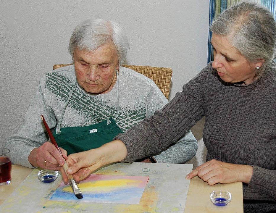 Die Beschäftigungstherapeutin Kerstin ...ür Abwechslung im Alltag der Senioren.  | Foto: manfred frietsch