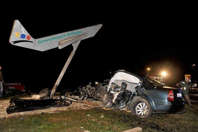 Eschbach: Frontal gegen Flugzeugskulptur – zwei Tote