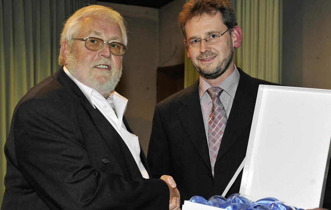 Die Stadt zeichnet Wolfgang Eitel mit ...er Günter Danksin (rechts) überreicht.  | Foto: Volker Münch