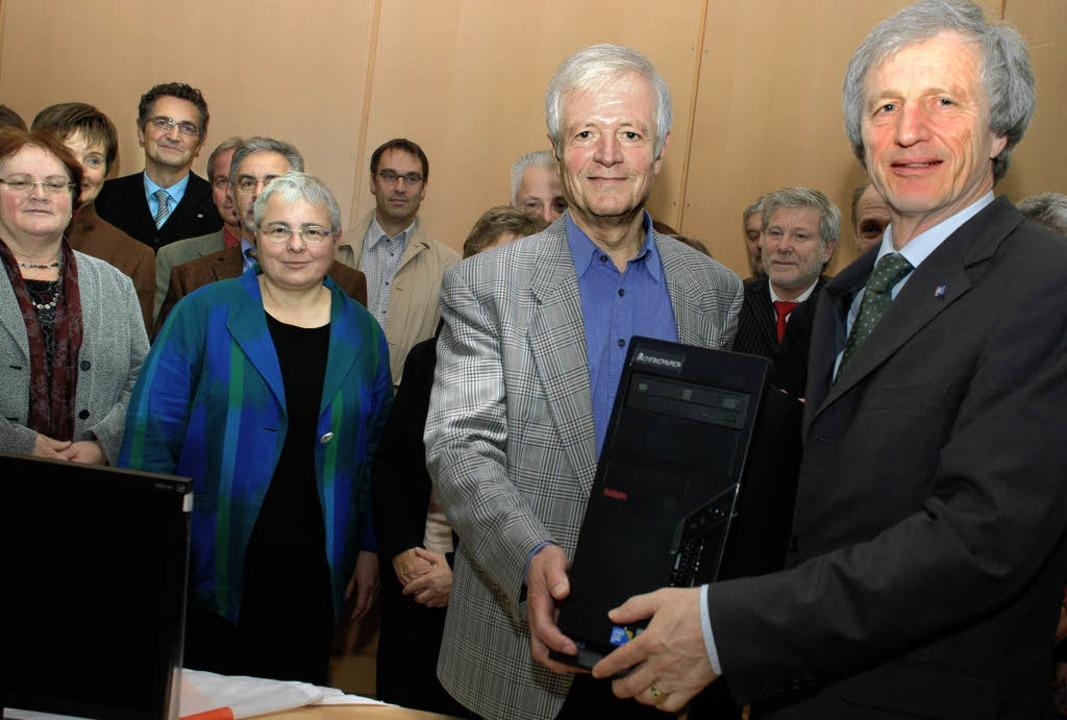 Auch der Leiter der Eichendorff-Schule... Richard Bruder (rechts)  überreichte.    Foto: Gertrude Siefke
