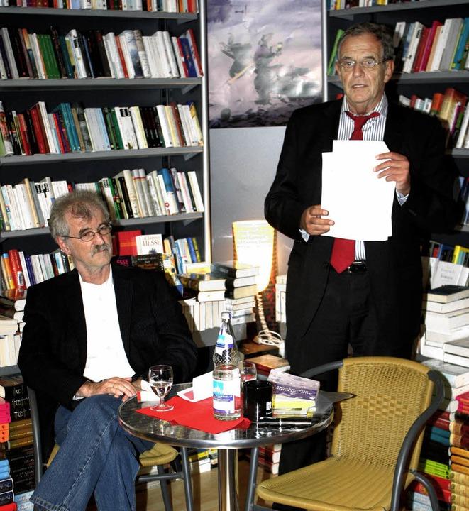 Rainer Stickelberger (rechts) stellte ...brachte Buch über den Sozialstaat vor.  | Foto: Heiner Fabry