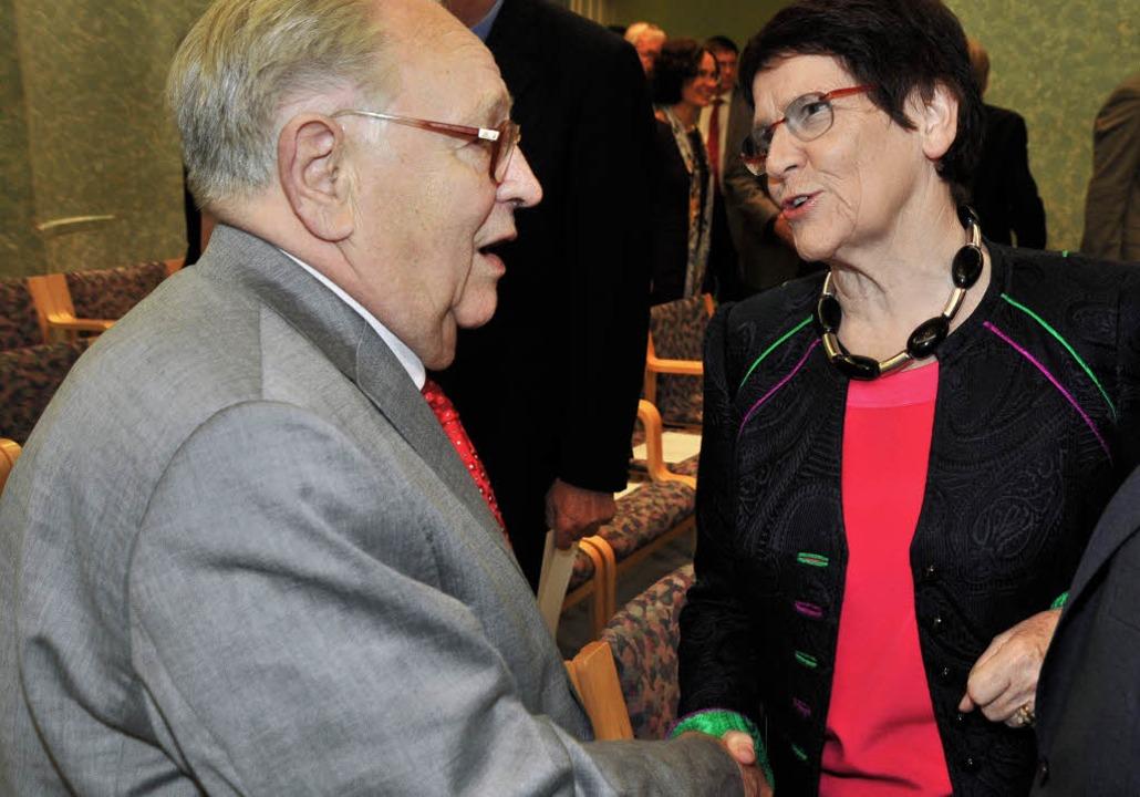 Rita Süssmuth gratuliert Dieter Oberndörfer zum 80. Geburtstag.     Foto: MICHAEL BAMberger