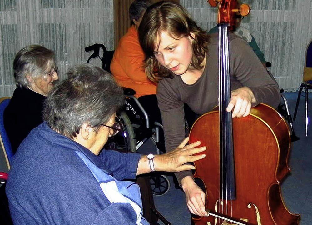 Findet mit Musik einen Draht zu den Pflegeheimbewohnern: Stephanie Dauer.   | Foto: privat