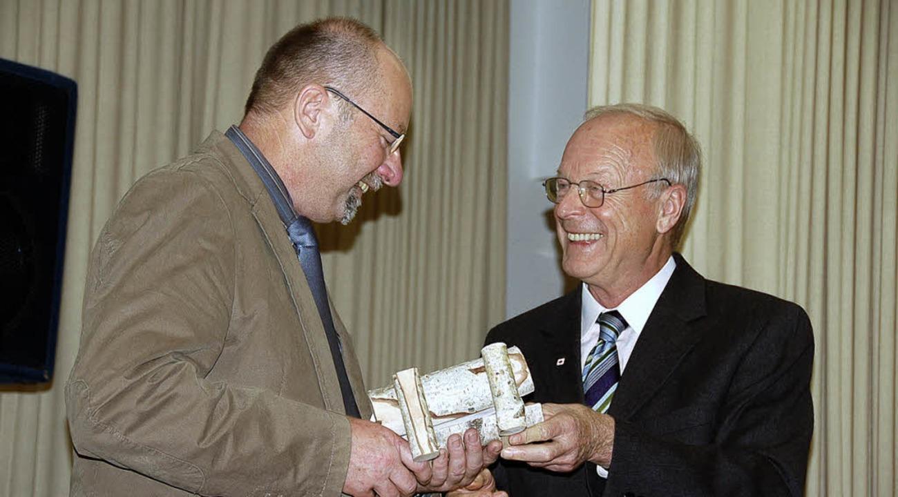 Eine Ruhebank erhält der Schwarzwaldve...abe an den Vorsitzenden Konrad Wetzel.  | Foto: Hermann Jacob