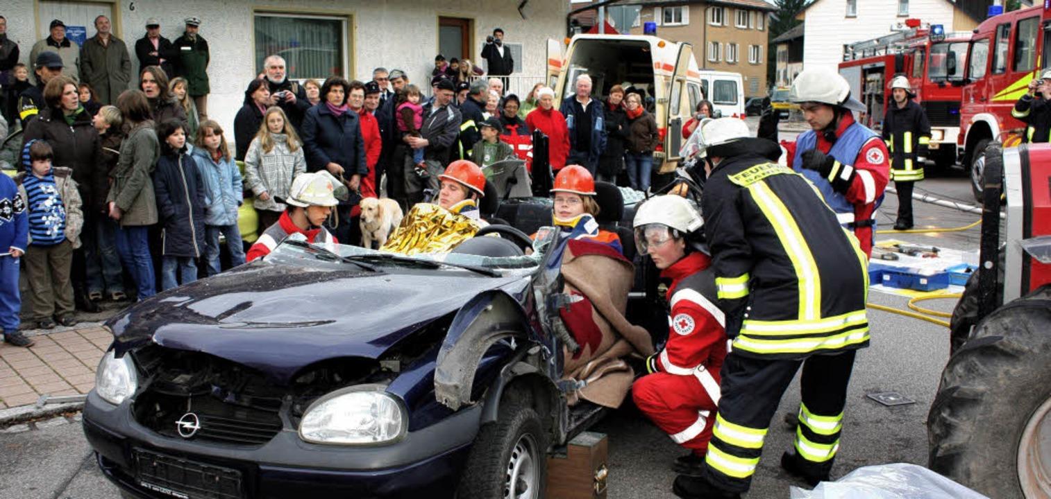 Die Rettung zweier Fahrzeuginsassen ge... vor der Querschnittslähmung bewahrt.     Foto: Heiner Fabry