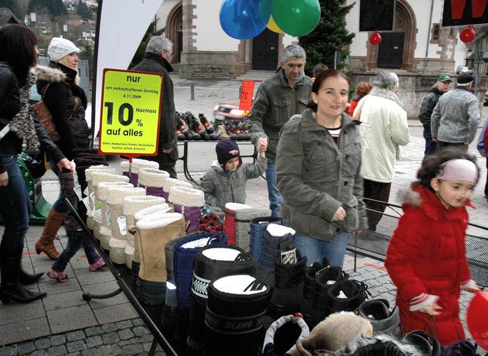 Schnäppchenjäger: Das Angebot des Einzelhandels fand Anklang.  | Foto: Christian Klesse