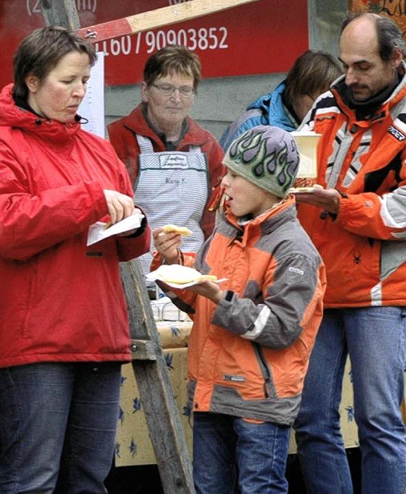 Guten Appetit: Waffeln der Landfrauen waren heiß begehrt.  | Foto: Christian Klesse