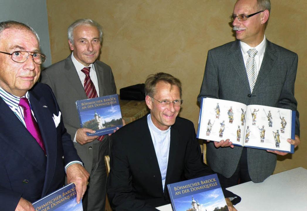 Pfarrer Hans-Peter Fischer hörte nur &...e Hansjürgen Bühler als dessen Motor.     Foto: KRICKL