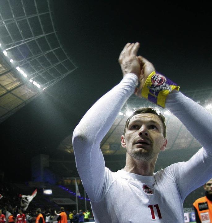 Milivoje  Novakovic schießt für den 1....rtha BSC Berlin das entscheidende Tor.    Foto: DPA