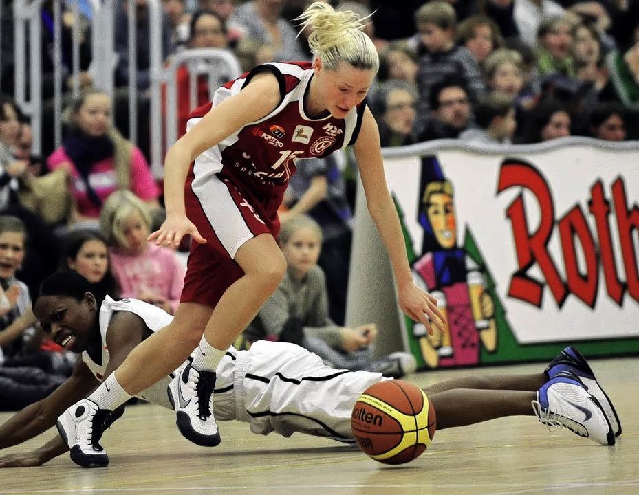 USC-Spielerin Sarah Hayes ist am Boden...ktesammlerin   Nadzeya Drozd obenauf.     Foto: seeger