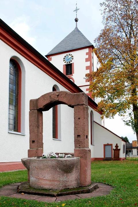 Statt dem Flachdach soll der Kirchturm...he wieder ein Nadelspitzdach erhalten.  | Foto: Christoph Breithaupt