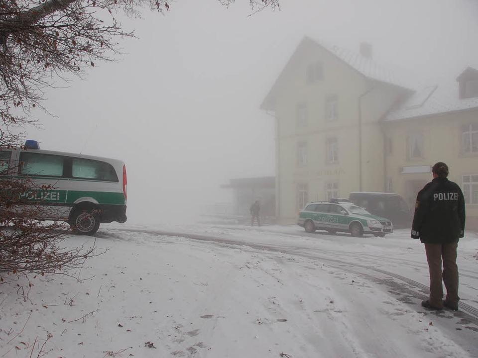 Spurensicherung: In Schnee und Nebel h... am Blauenhaus  keine leichte Aufgabe.  | Foto: Markus Maier
