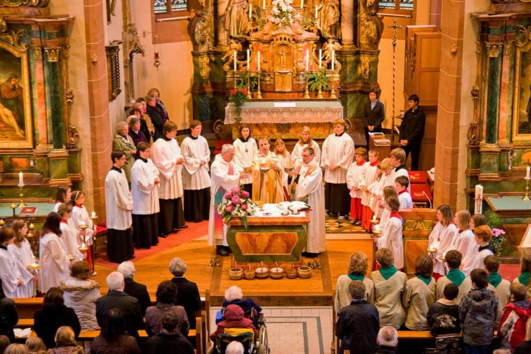 Bewegende Predigt: Pater Leonhard Sexa...and eindringliche Worte zum Jahrestag.    Foto: Hagen Schönherr
