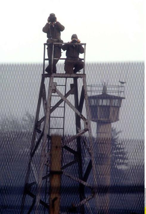 DDR-Grenzer überwachen den Todesstreifen  | Foto: Ullstein