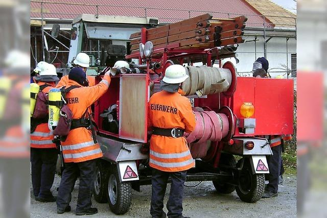 Traktor zieht Ausrüstung