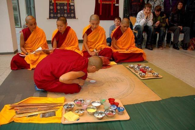 Tibetische Nonnen legen ein Mandala