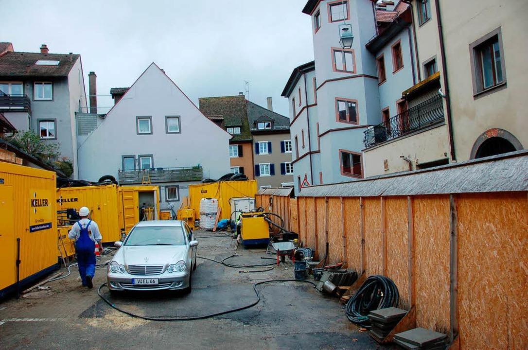 Die Baustelle für die Sanierung des So... hinter dem Rathaus wird eingerichtet.  | Foto: Markus Donner