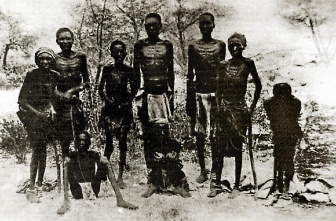 Ausgehungert: Hereros  in Südwestafrika 1907 nach der Flucht vor den Deutschen   | Foto: Bernard  & Graefe/Kunz/dpa