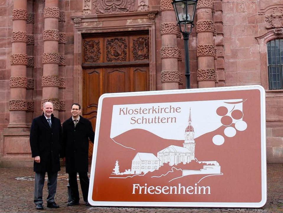 Bürgermeister Armin Roesner und Schutt... die Klosterkirche Schuttern hinweist.  | Foto: BZ