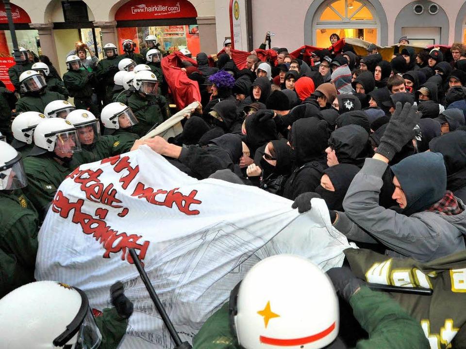 Die geplante Demonstration der Antifa ...weit, ehe die Polizei den Zug stoppte.  | Foto: Michael Bamberger