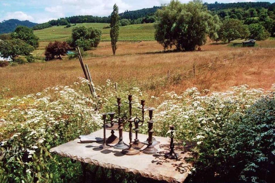 """""""Ich liebe diesen Platz am äußersten Rand meines Gartens. Inmitten von blühenden Mutterkraut-Wolken habe ich die alte Bank in Richtung Landschaft gestellt. Abseits vom gehegten Garten genieße ich hin und wieder den """"Garten der Natur"""" - weiß mich mitten im Markgräflerland, weiß mich mitten im Paradies. Zugegeben, ich habe mehrere Lieblingsplätze im Garten, aber hier bringt mich nichts dazu, aufzustehen, um etwas zu richten, zu zupfen, anzubinden oder abzuschneiden. Hier ist Ruhe, Friede, Freiheit, Schönheit"""" (Ursula Kreutz)"""