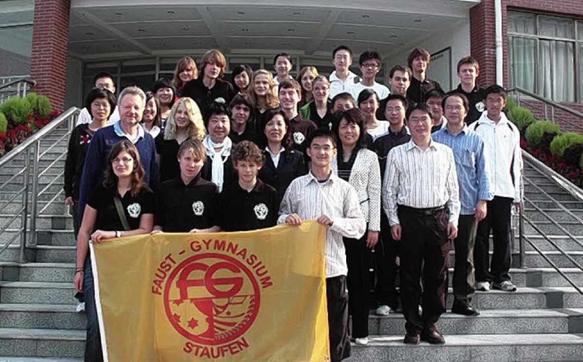 Die Austauschschüler vor der Partnerschule  im chinesischen  Wuhan.  | Foto: Privat