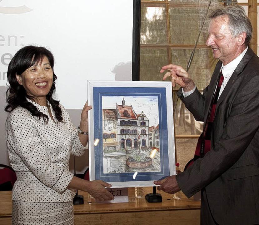 Jürgen Eberbach überreicht  Schulleite...k ein Bild mit dem Staufener Rathaus.   | Foto: Privat
