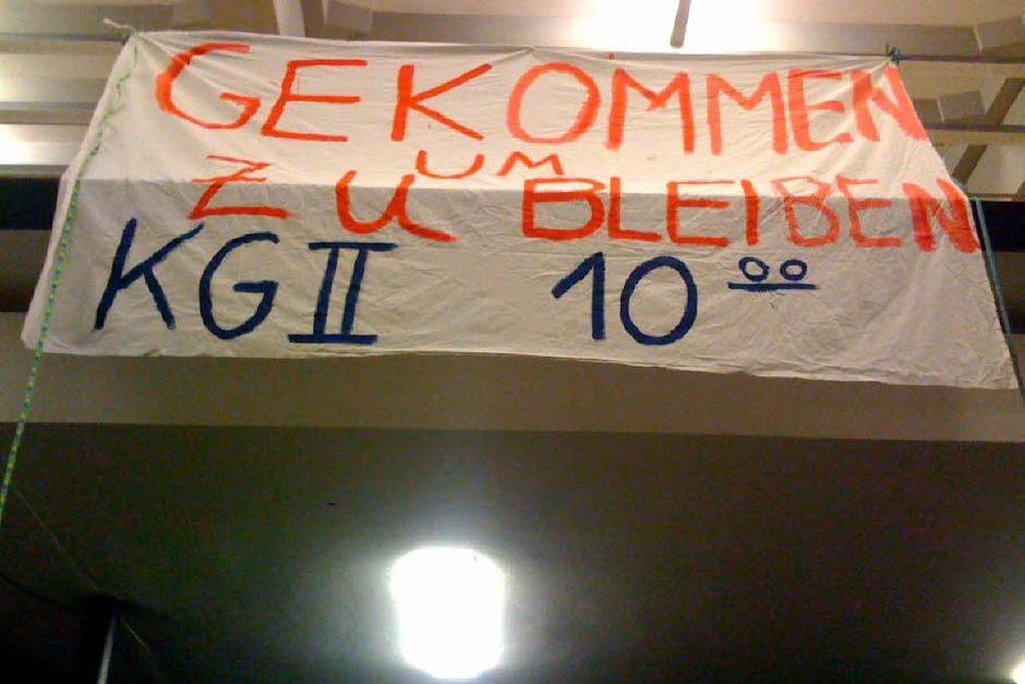 """""""Gekommen um zu bleiben"""":  Der beliebte Slogan der Band Wir sind Helden kommt auch bei der Besetzung der Freiburger Uni zum Einsatz. (Foto: Joachim Röderer)"""