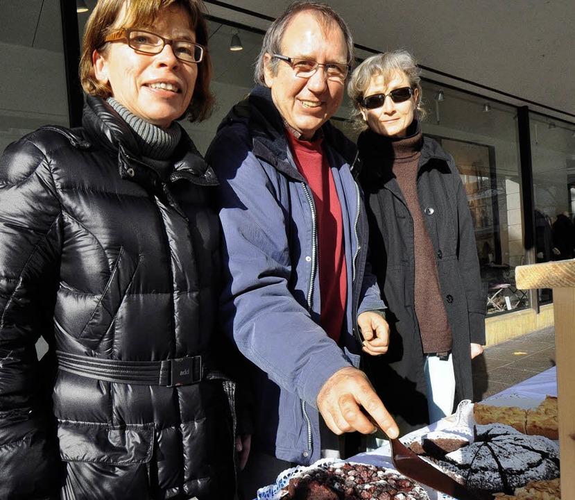 Hilfe beim Helfen: Caritas-Mitarbeiter verkaufen Kuchen.     Foto: ruda