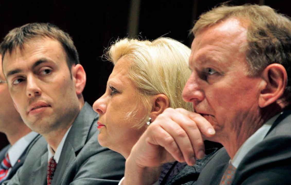 Nils Schmid, Parteivize Hilde Mattheis...tionschef Claus Schmiedel (v.-l.n.r.).  | Foto: dpa