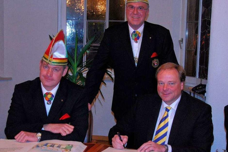 Dirk Niebel (rechts) beim Eintrag ins Goldene Buch (Foto: Benjamin Bohn)