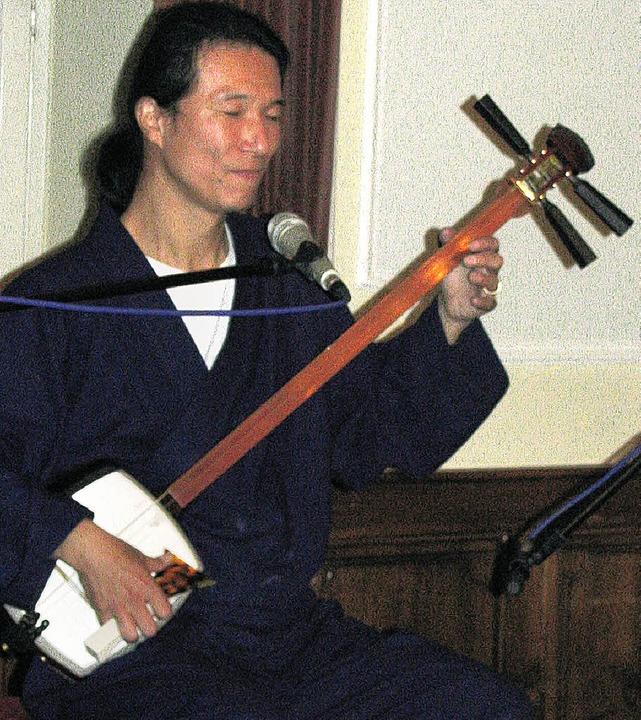Toshi Miyoshi führte die Zuhörer im Tr... die Eigenart fernöstlicher Musik ein.  | Foto: michael gottstein