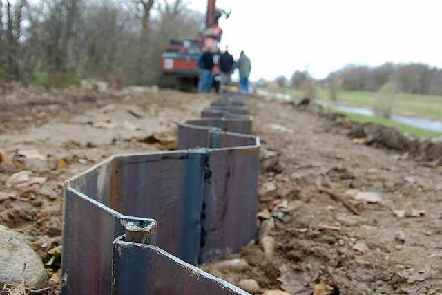 Metallwand soll den Elzdamm sichern