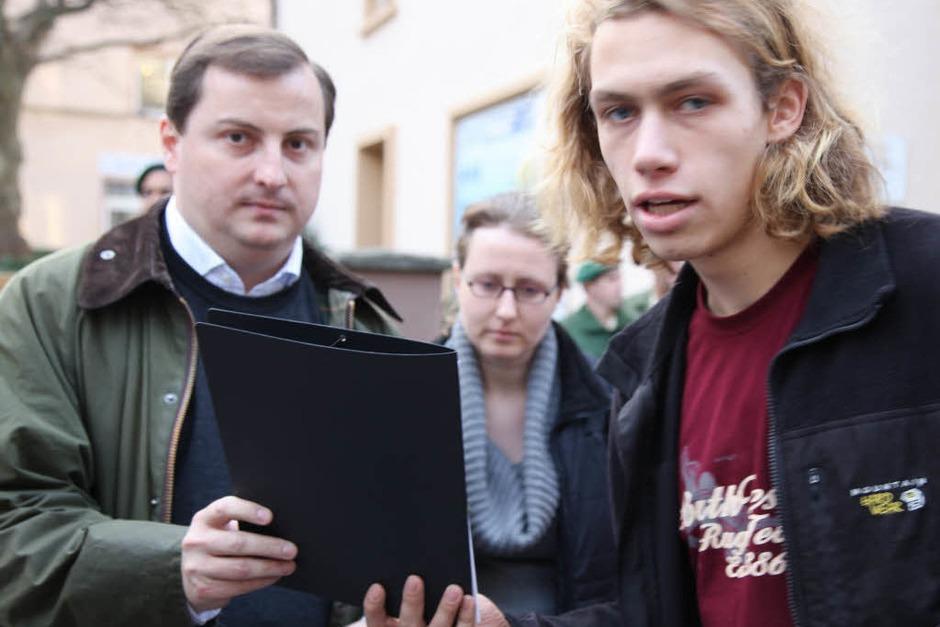 Studenten übergeben ihre Forderungen an Daniel Sander von der CDU (links). (Foto: Dominic Rock)