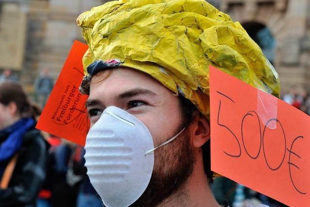 Audimax-Besetzer: Demonstration im Schutzanzug