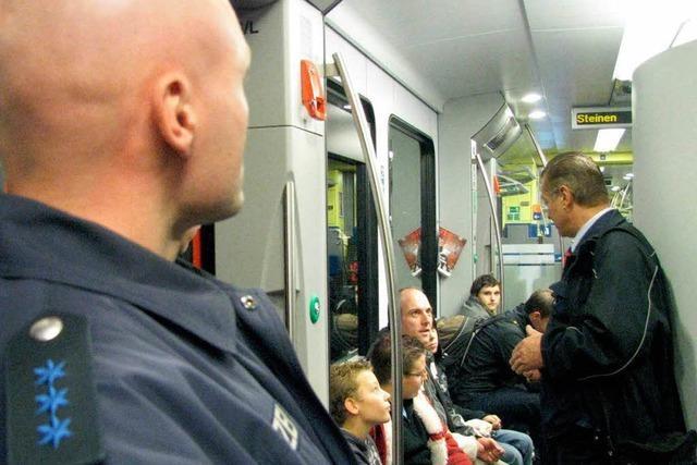 Sicherheitskräfte überwachen die Wiesentalbahn