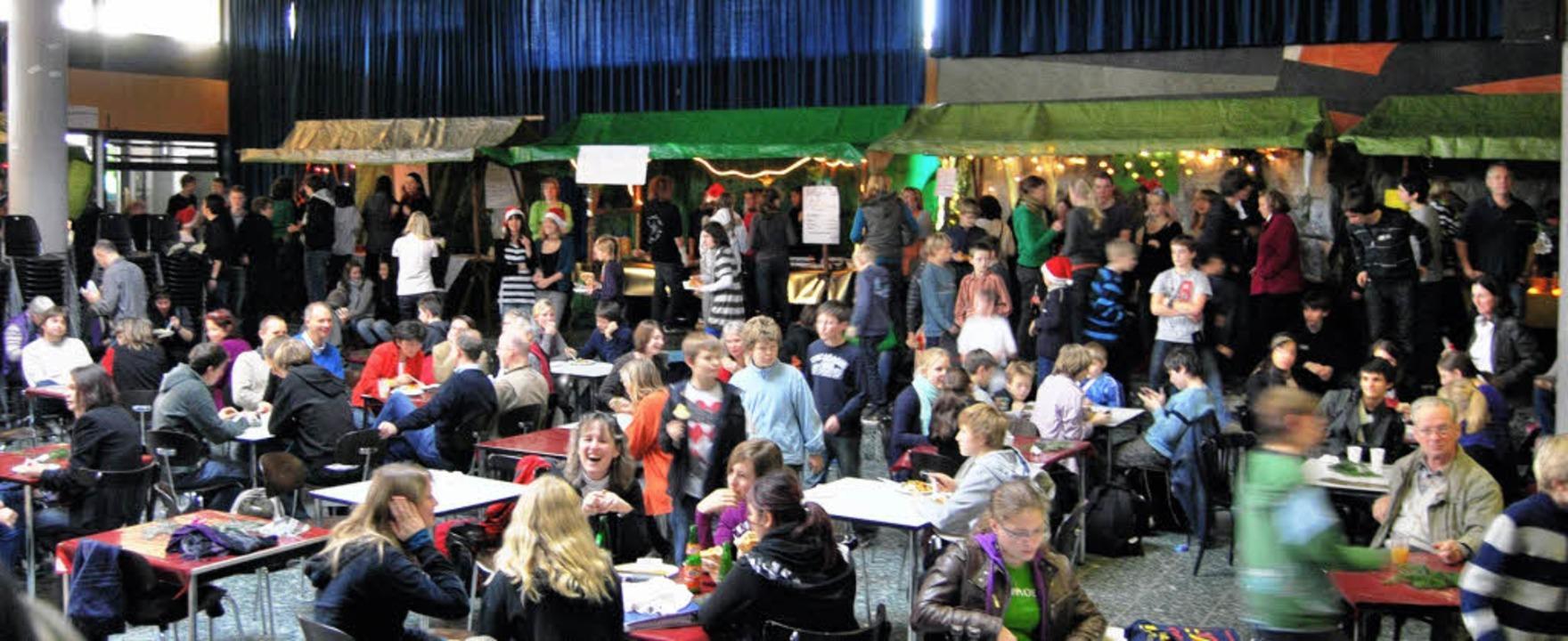 Auch die  Aula des Faust-Gymnasiums war in den Weihnachtsmarkt eingebunden.   | Foto: Felix Jehle