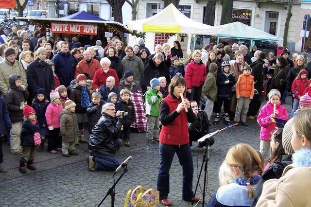 Weihnachtliches Flair auf dem Kirchplatz