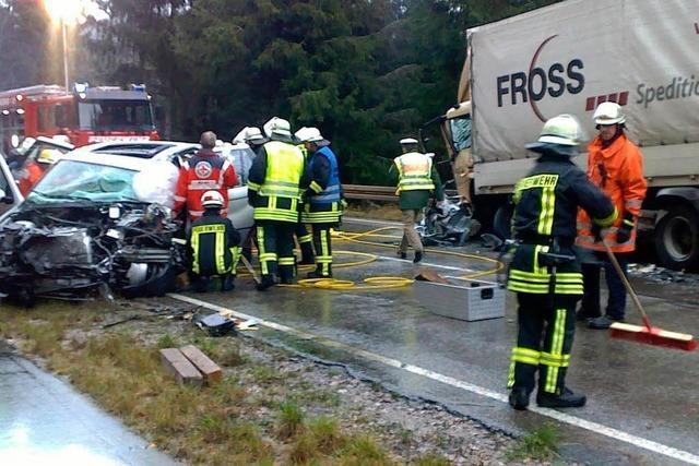BMW-Fahrer kollidiert mit Lastkraftwagen
