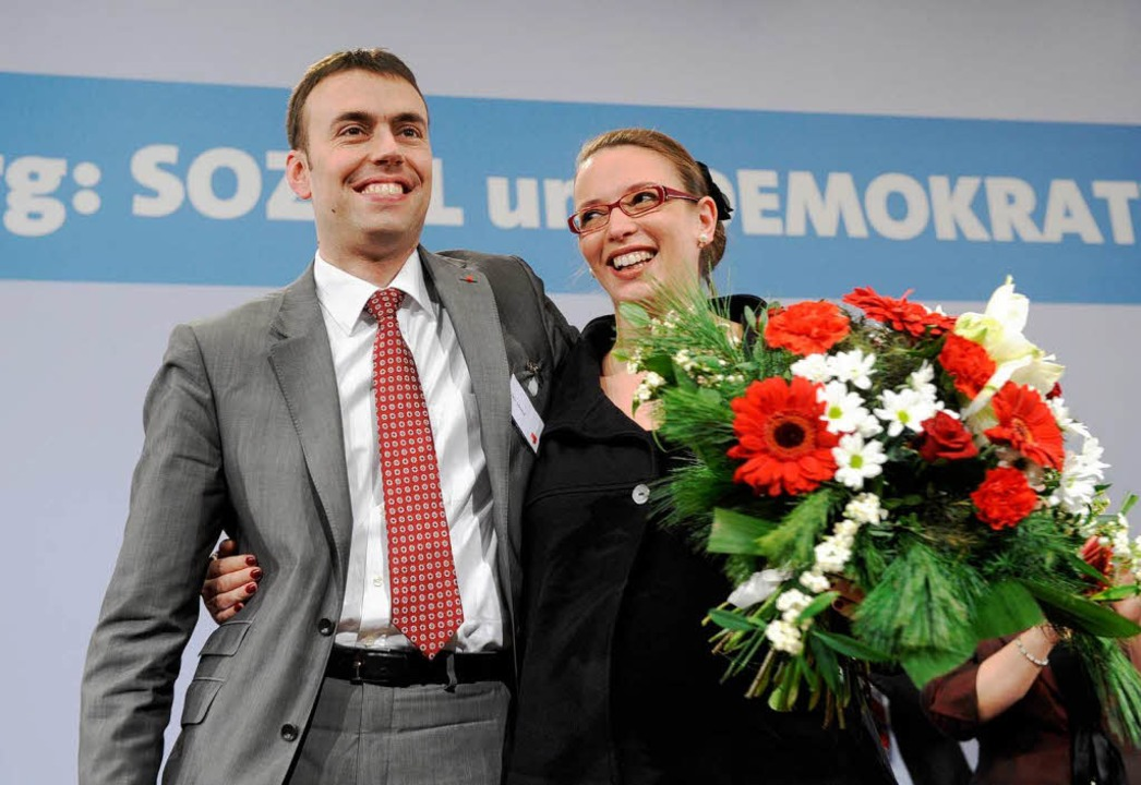 Tülay Schmid, Ehefrau von Nils Schmid,...rttemberg, freut sich mit ihrem  Mann.  | Foto: dpa