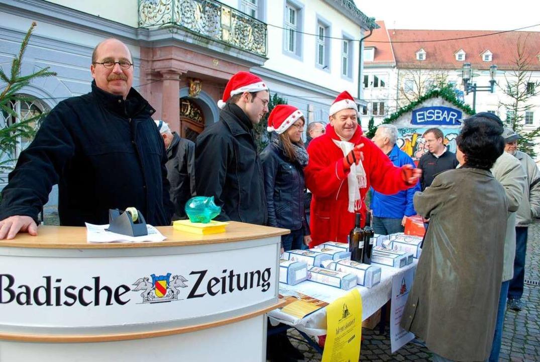 Für die BZ-WEihnachtsaktion verkauften...a Schinzig  Spazialitäten aus Italien.  | Foto: Sylvia-Karina Jahn